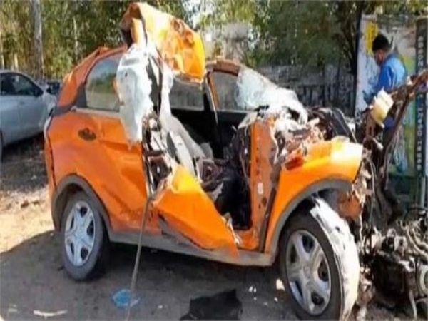 हादसे का शिकार हुई कार। - Dainik Bhaskar