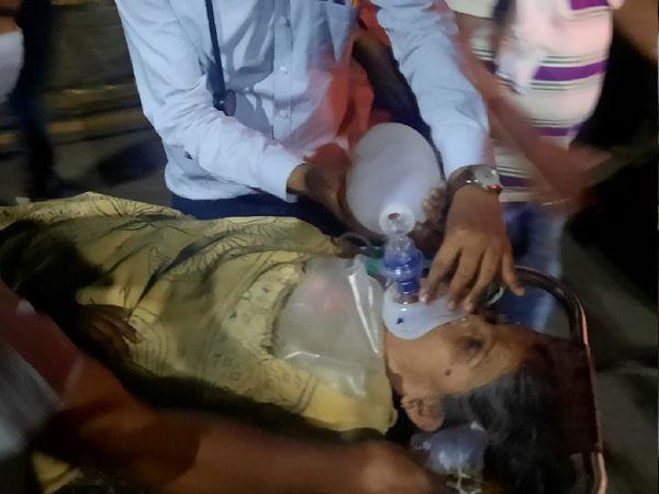 गंभीर हालत में भर्ती महिला कोे परिजन दूसरे अस्पताल में शिफ्ट करने के दौरान अंबू बैग से ऑक्सीजन देते हुए