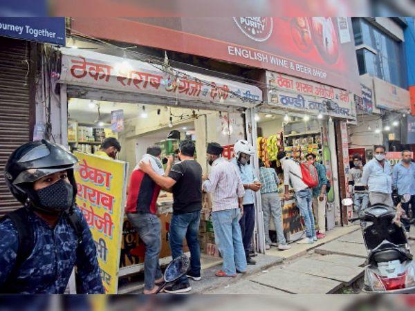 पानीपत. सबसे ज्यादा 6 बजे के बाद लाल बत्ती चाैक स्थित ठेके पर शराब खरीदने वालाें की रही भीड़। - Dainik Bhaskar