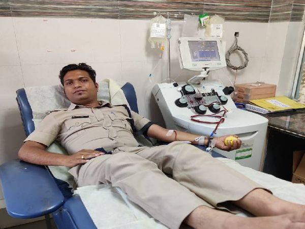 पुलिस लाइन में पदस्थ आरक्षक रामकृष्ण शर्मा प्लाज्मा डोनेट करते हुए।