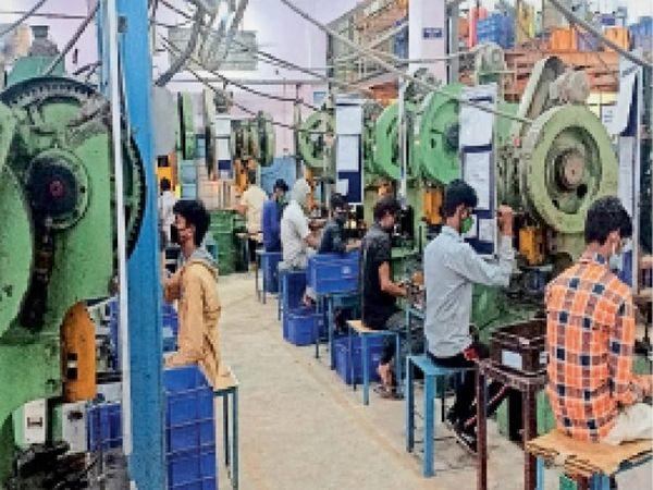 रीको क्षेत्र में एक ऑटो पार्ट्स कंपनी में मांग बढ़ने के बाद काम करते मजदूर। - Dainik Bhaskar