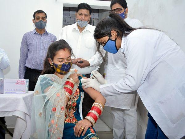 अभी देश में बुजुर्गों, 45 साल से ज्यादा उम्र के बीमार लोगों, हेल्थ केयर और फ्रंटलाइन वर्कर्स को टीका लगाया जा रहा है। - Dainik Bhaskar