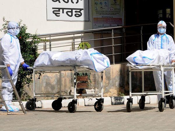 भारत में कोरोना से हर दिन 2 हजार से ज्यादा मौतें हो रही हैं। - Dainik Bhaskar