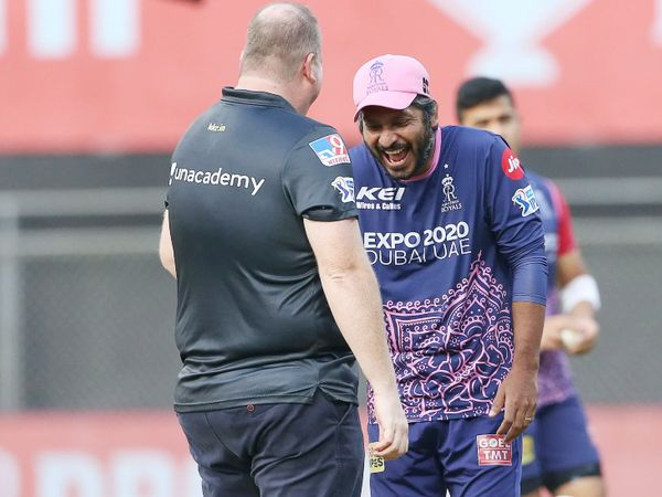 टॉस से पहले राजस्थान टीम के डायरेक्टर कुमार संगाकारा कुछ यूं नजर आए।