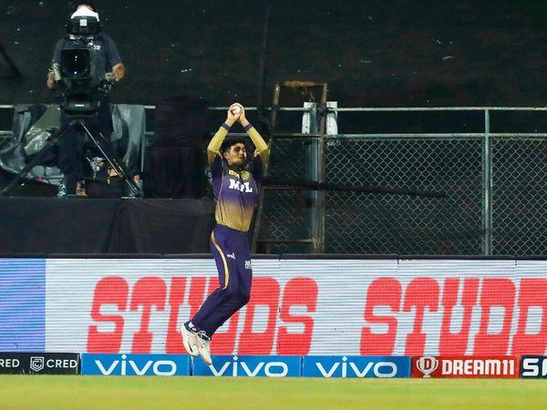 शुभमन गिल ने बाउंड्री लाइन पर राहुल तेवतिया का कैच लेने की नाकाम कोशिश की। उन्होंने कैच लेने के बाद बॉल को हाथ से फेंक दिया। उन्हें लगा कि वे रोप के उस पार चले जाएंगे।