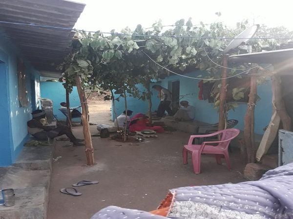 टिकैतगंज गांव में कोड़े गाइडलाइन का उल्लंघन कर शादी आयोजित की गई।  14 लोगों का कोविड टेस्ट भी किया गया।  सभी की कोरोना रिपोर्ट निगेटिव आई है।