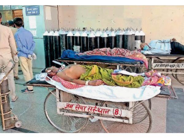 राेहतक   पीजीआई के ट्राॅमा सेंटर के बाहर मरीजों को स्ट्रेचर पर ही ऑक्सीजन लेनी पड़ी। भर्ती हाेने के लिए मरीजों को बाहर काफी इंतजार करना पड़ा। लाेगाें द्वारा हंगामा करने पर मरीजाें काे अंदर ले जाया गया। - Dainik Bhaskar