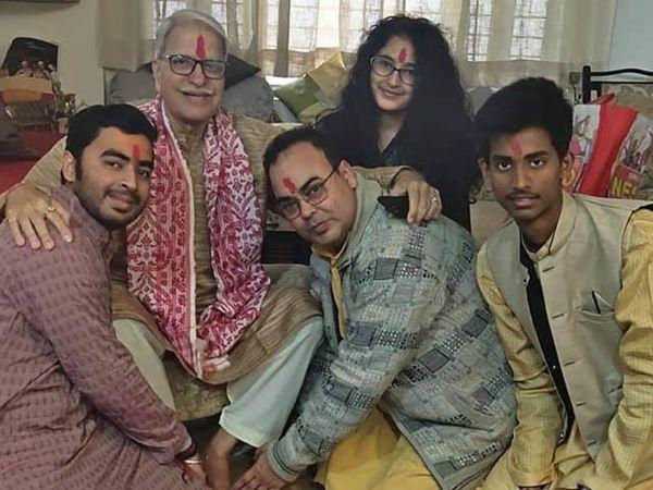अपने परिवार के साथ पंडित राजन मिश्र। यह फोटो गुरु पूर्णिमा पर ली गई थी।