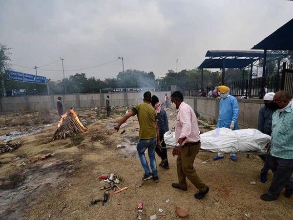 दिल्ली के सीमापुरी स्थित श्मशान में 21 अप्रैल तक औसतन 70 लाशें आ रही थीं, लेकिन 24 अप्रैल तक यह आंकड़ा 120 से ऊपर निकल चुका है।