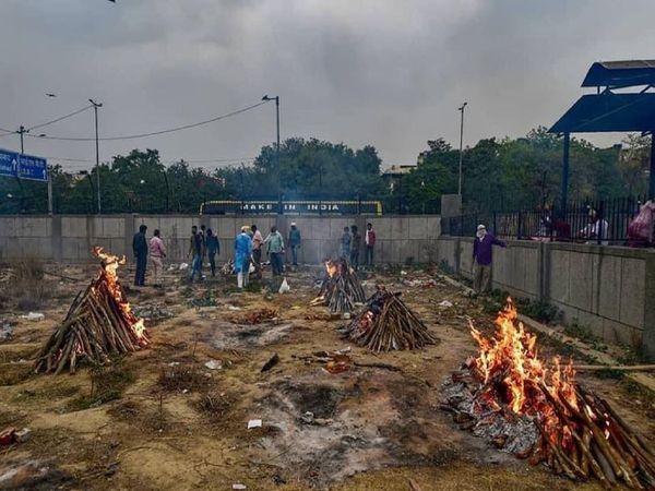 कोरोना संक्रमितों के अंतिम संस्कार में जुटे जितेंद्र सिंह शंटी बताते हैं कि श्मशान के साथ-साथ अब कब्रिस्तान में भी लोगों को दफनाने की जगह नहीं बची है।