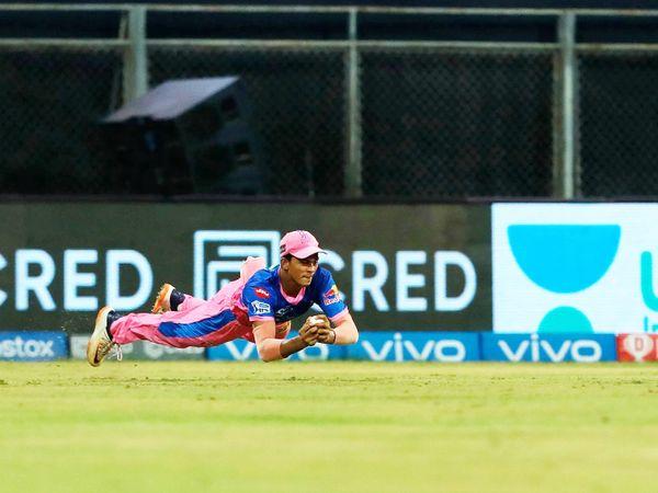 सीजन का पहला मैच खेल रहे यशस्वी जायसवाल ने शुभमन का एक कैच छोड़ा। पर सुनील नरेन का महत्वपूर्ण कैच पकड़ा। नरेन 6 रन बनाकर आउट हुए।