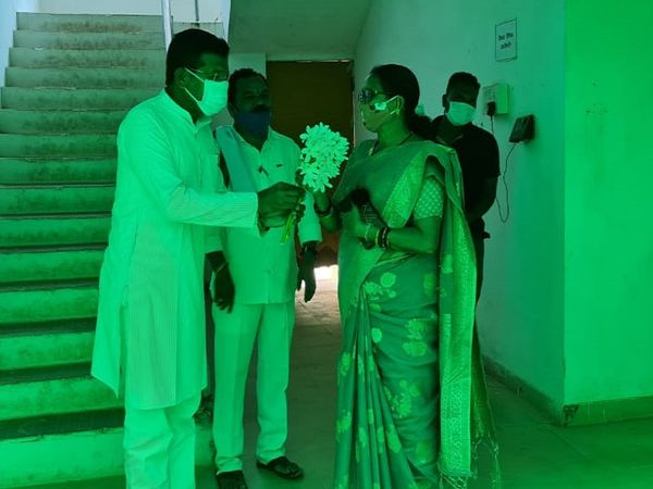 कांग्रेस के प्रदेश अध्यक्ष मोहन मरकडे अभी कोंडागांव में हैं।  उन्होंने स्थानीय नगर पालिका के अध्यक्ष और भाजपा नेता हेम कुमारी पटेल को फूल भेंट किया।