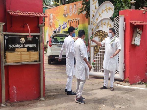कांग्रेस के संगठन महामत्री चंद्रशेखर शुक्ला अपने सहयोगियों के साथ पूर्व मंत्री बृजमोहन अग्रवाल के बंगले पहुंचे।