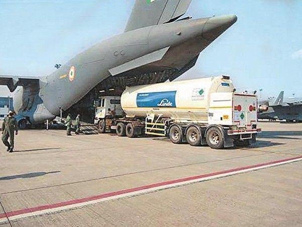 सड़क मार्ग का समय बचाने के लिए भारतीय एयरफोर्स द्वारा खाली टैंकर ऑक्सीजन प्लांट्स तक पहुंचाए जा रहे हैं।