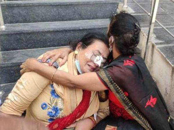 अमृतसर में हादसे में युवती की मौत के बाद विलाप करते परिजन। - Dainik Bhaskar