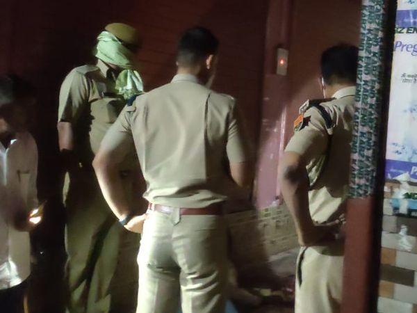 घटनास्थल की जांच करने पहुंची पुलिस।