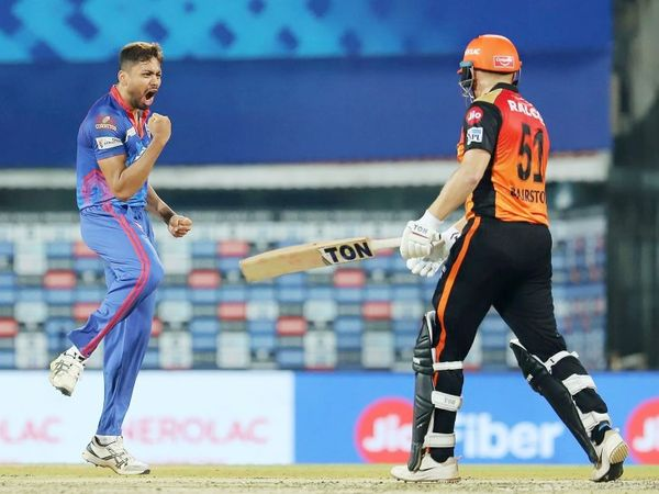 दिल्ली के फास्ट बॉलर आवेश खान ने 3 विकेट लेकर मैच पलट दिया था।