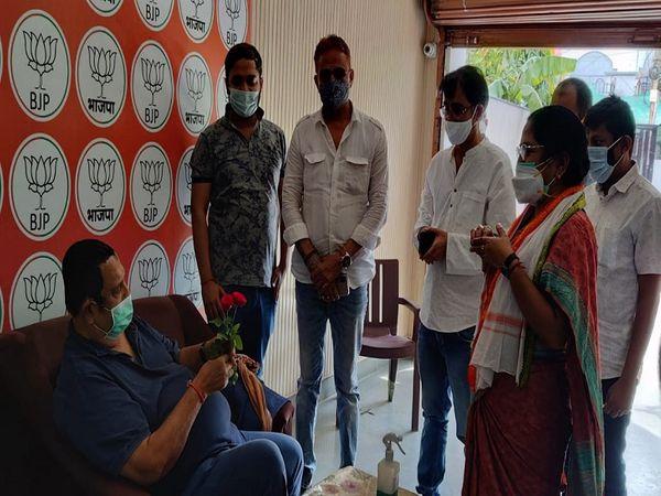 भिलाई के वैशाली नगर भाजपा विधायक विद्या रतन भसीन को गुलाब देकर कांग्रेस ने प्रदर्शन किया।
