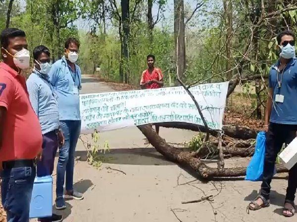 कोंडागांव के केशकाल के ग्राम मातेंगा में रास्ता बंद होने के कारण वैक्सीनेशन के लिए जा रही टीम नहीं पहुंच सकी है।