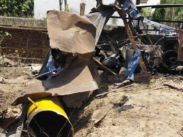 दूरसंचार का एयर टैंक फटने से इतना तेज विस्फोट हुआ कि दुकान के भी शोच उड़ गए।