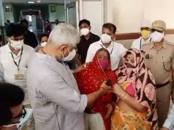 जोधपुर के एमडीएम अस्पताल में सोमवार को कोरोना संक्रमित व्यक्ति के परिजनों से बात करते केन्द्रीय जल शक्ति मंत्री गजेन्द्र सिंह शेखावत। - Dainik Bhaskar