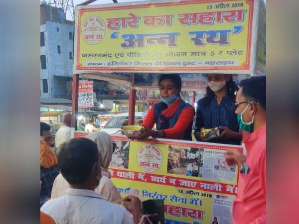 संदीप मित्तल अपनी दुकान से कोरोना संक्रमितों को मुफ्त में भोजन उपलब्ध कराते हैं।