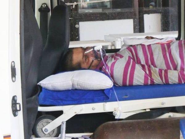 भोपाल के जयप्रकाश अस्पताल में आईसीयू बेड के लिए संक्रमित आशीष रघुवंशी को ढाई घंटे एंबुलेंस में ही इंतजार करना पड़ा।