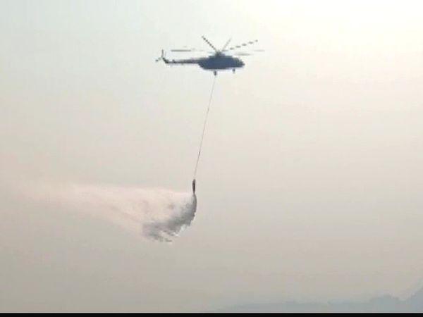 सोमवार को एयरफोर्स के हेलिकॉप्टर आग बुझाने के लिए लगाए गए।