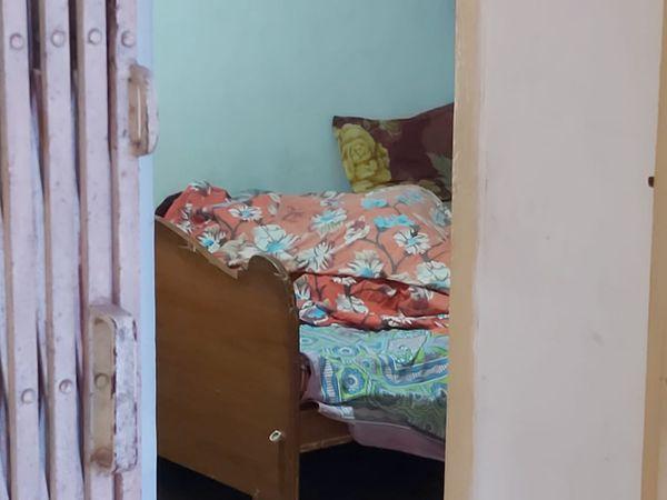 बेड पर पड़ी अतुल लाल की पत्नी की लाश।