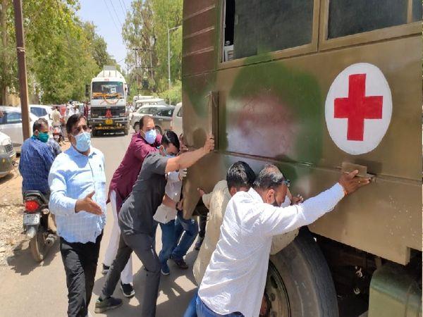 लोगों को बचाने ऑक्सीजन टैँकर लाते समय रास्ते में खड़ी सेना की गाड़ी को हटाने खुद धक्का लगाते विधायक प्रवीण पाठक, लाल कुर्ते में