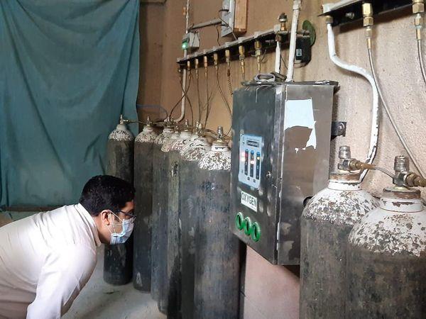 जालंधर के सिविल अस्पताल में ऑक्सीजन प्लांट की जांच करते ADC विशेष सारंगल। - Dainik Bhaskar