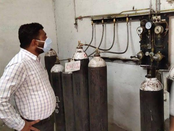 कस्तूरबा अस्पताल में जांच करते नगर निगम के इंजीनियर - Dainik Bhaskar