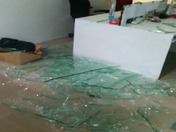 कांग्रेसी कार्यकर्ताओं ने ऑफिस में जमकर तोड़फोड़ की है।