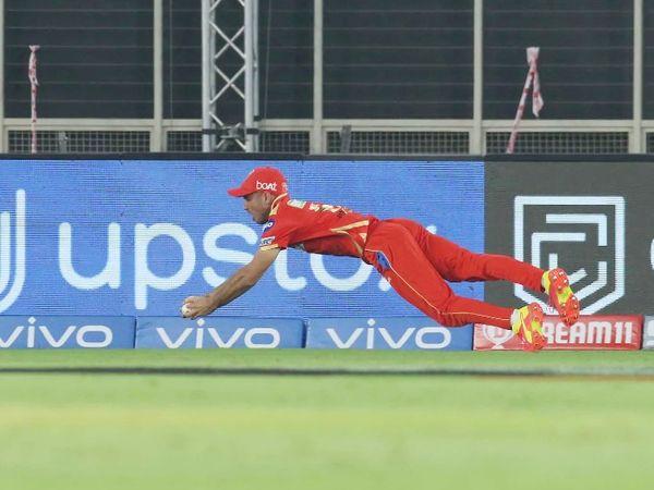 रवि बिश्नोई ने हवा में डाइव लगाकर सुनील नरेन का कैच लपका।