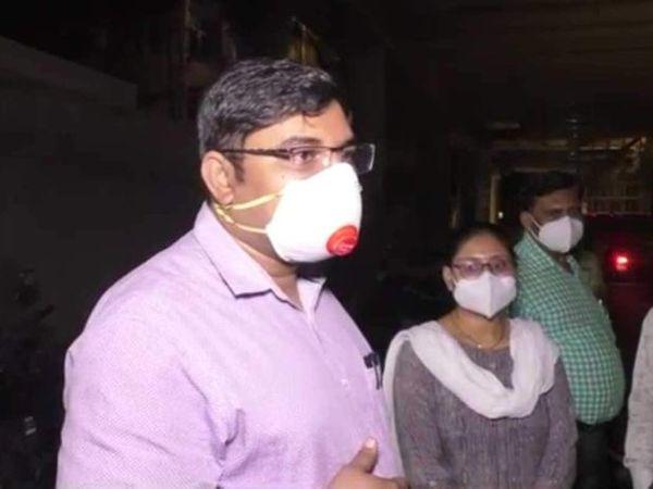 थाने में मौजूद डॉक्टर नीरज सचान और उनकी पत्नी डॉक्टर अनु। - Dainik Bhaskar