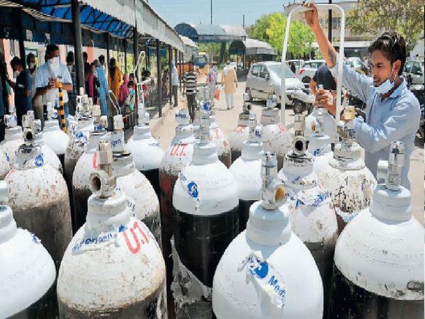 अम्बाला सिटी के सिविल अस्पताल में वार्ड से बाहर रखे खाली ऑक्सीजन सिलेंडर। - Dainik Bhaskar