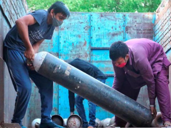दिल्ली में ऑक्सीजन की कमी के बीच कई जगह इसकी कालाबाजारी और जमाखोरी की शिकायत मिल रही है। - Dainik Bhaskar