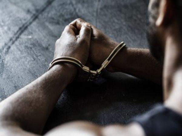छानबीन में पाया गया है कि पिता ने भी लड़की के साथ दुर्व्यवहार किया है। - Dainik Bhaskar