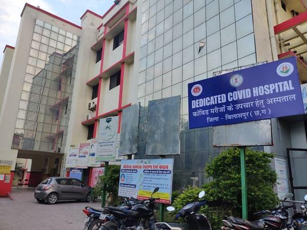अस्पताल के नोडल अधिकारी डॉ. अनिल गुप्ता को घटना की जानकारी तक नहीं थी, न ही वे अस्पताल पहुंचे। अस्पताल के कर्मचारियों ने उनसे मोबाइल पर संपर्क किया, लेकिन उन्होंने रिसीव ही नहीं किया। एम्बुलेंस उनके घर भेजी गई, पर वे नहीं निकले। - Dainik Bhaskar