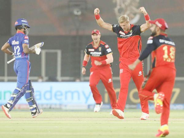 6 फिट 10 इंच के काइल जेमिसन ने दिल्ली को पहला झटका दिया। उन्होंने शानदार फॉर्म में चल रहे शिखर धवन को चहल के हाथों कैच कराया। धवन 6 रन ही बना सके।