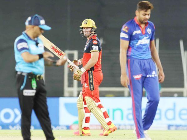 फिफ्टी लगाने के बाद डग आउट की तरफ बल्ला दिखाते डिविलियर्स। उन्होंने IPL में 40वीं फिफ्टी लगाई। डिविलियर्स 42 बॉल पर 75 रन बनाकर नॉटआउट रहे।