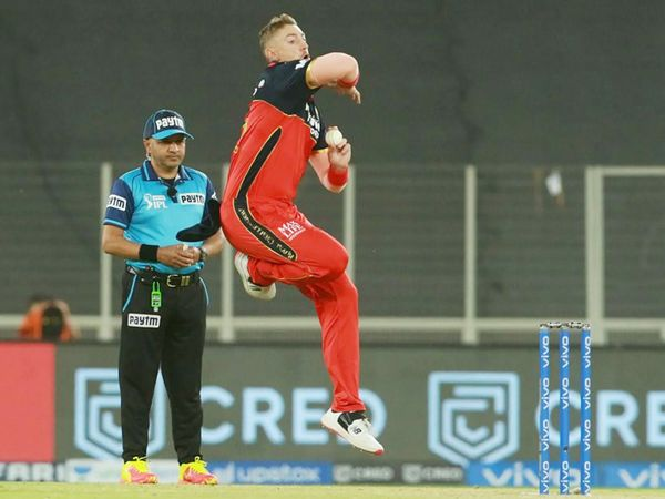 सीजन का पहला मैच खेल रहे ऑलराउंडर डेनियल सैम्स को RCB के कप्तान विराट ने पहला ओवर थमाया। सैम्स ने 2 ओवर में 15 रन दिए और उन्हें कोई विकेट नहीं मिला।