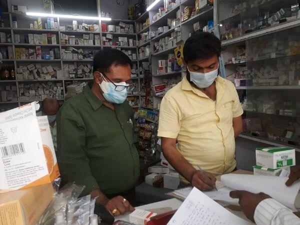 भागलपुर में दवा दुकान पर छापेमारी करते ड्रग इंस्पेक्टर। - Dainik Bhaskar