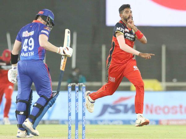 मोहम्मद सिराज ने स्टीव स्मिथ को आउट करने के बाद कुछ इस प्रकार जश्न मनाया। स्मिथ 4 रन बनाकर आउट हुए।