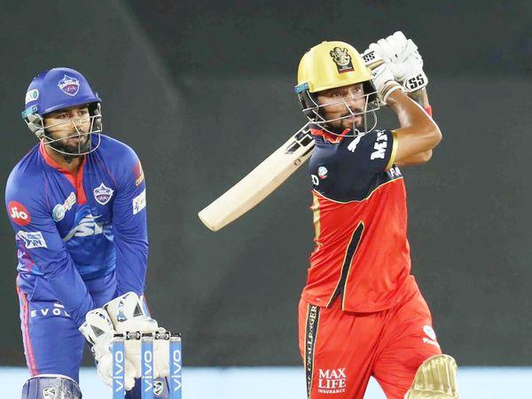 अपने पहले 2 मैच में फेल रहने के बाद रजत पाटीदार ने दिल्ली के खिलाफ अच्छी पारी खेली। वे 22 बॉल पर 31 रन बनाकर आउट हुए। अक्षर पटेल ने उन्हें आउट किया।