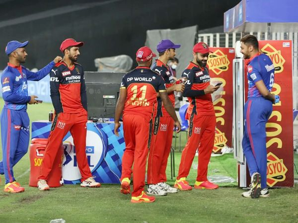 मैच के बाद देवदत्त पडिक्कल, सचिन बेबी, हर्षल पटेल, विराट कोहली और आवेश खान मस्ती करते नजर आए।