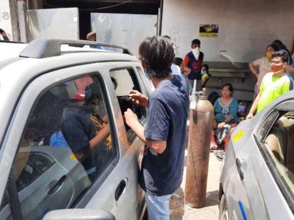 दिल्ली में ऑक्सीजन संकट इस कदर गहरा है कि एक गुरुदारे में उपलब्ध ऑक्सीसजन सिलेंडरों से लोग कार में बैठे मरीजों को ऑक्सीजन दे रहे थे।
