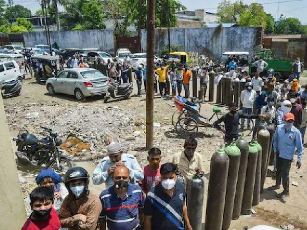 ये तस्वीर उत्तर प्रदेश के कानपुर की है, जहां लोग ऑक्सीजन सिलेंडर के लिए लाइन लगाए खड़े हैं। यूपी के ज्यादातर शहरों में इस समय ऑक्सीजन का संकट है।