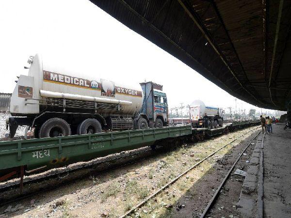 सड़क मार्ग से ऑक्सीजन टैंकरों को ओडिशा और झारखंड जैसे राज्यों से यूपी और दिल्ली तक लाने में चार से पांच दिन लगते हैं। इस समय को कम करने के लिए ऑक्सीजन रेल चलाई गई है, जिसे ग्रीन कॉरिडोर उपलब्ध कराया गया है।
