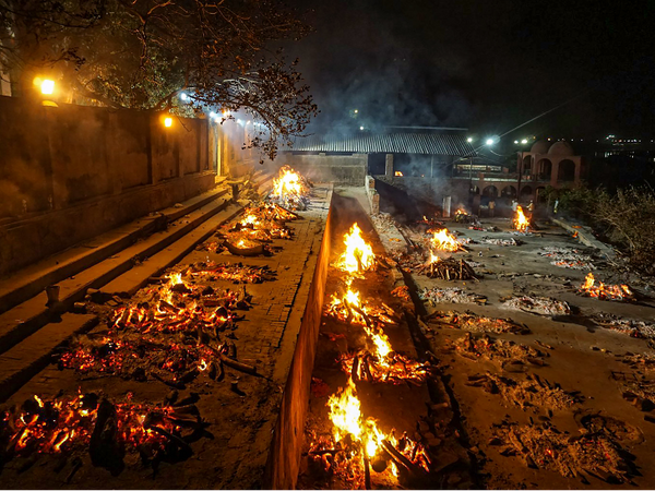 फोटो उत्तर प्रदेश के कानपुर शहर की है। यहां हर रोज 500 से ज्यादा लोगों का अंतिम संस्कार घाटों पर हो रहा है। 100 से ज्यादा शव कब्रिस्तानों में दफन हो रहे हैं, लेकिन सरकारी आंकड़ों में कोरोना से केवल 10-20 मौतें ही दर्ज की जा रहीं हैं।